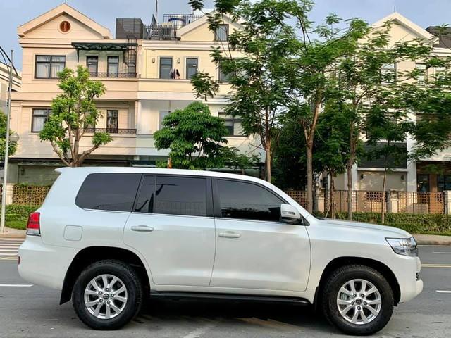 Xe ra mẫu mới, đại gia Việt bán luôn Toyota Land Cruiser vừa mua khi mới chạy 800km, nội thất chưa kịp bóc hết nilon - Ảnh 2.