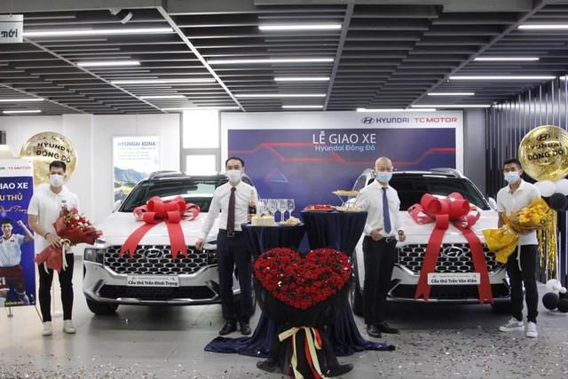 Trung vệ Đình Trọng rủ hậu vệ Trần Văn Kiên sắm liền 2 chiếc Hyundai Santa Fe 2021 giống hệt - Ảnh 1.