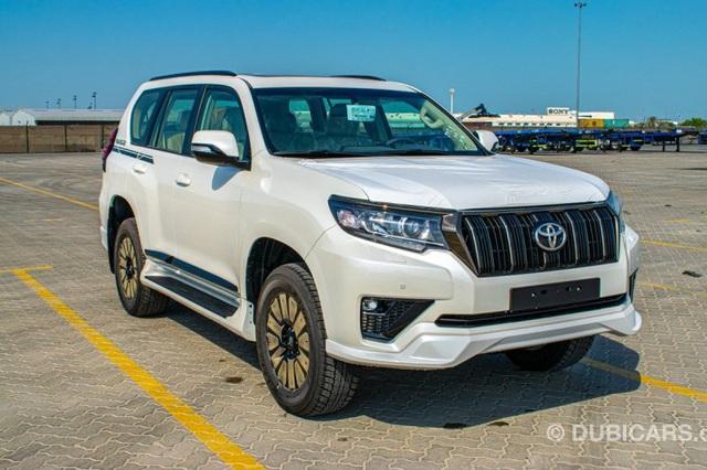 Toyota Land Cruiser Prado 2021 nhập Trung Đông chào hàng nhà giàu Việt với giá hơn 4 tỷ đồng: Động cơ khủng, nhiều đồ chơi - Ảnh 1.