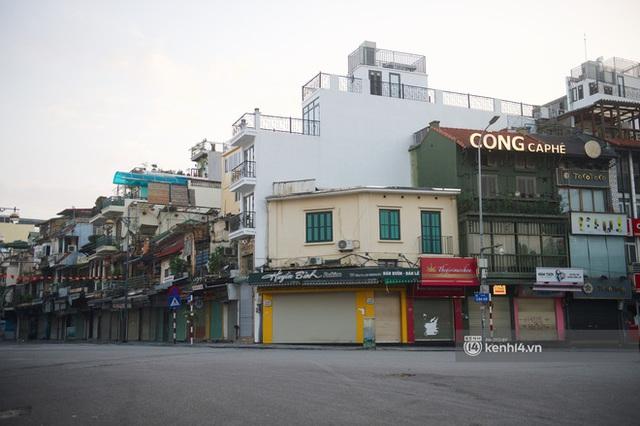 Hà Nội ngày đầu thực hiện giãn cách xã hội theo Chỉ thị 16: Đường phố vắng lặng, hàng quán đóng kín cửa im lìm - Ảnh 3.