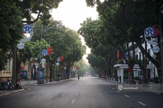 Hà Nội ngày đầu thực hiện giãn cách xã hội theo Chỉ thị 16: Đường phố vắng lặng, hàng quán đóng kín cửa im lìm - Ảnh 8.
