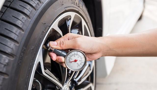Cất xe thời giãn cách: Đổ đầy xăng hay không, kéo phanh tay hay chặn bánh và những câu hỏi phổ biến - Ảnh 1.