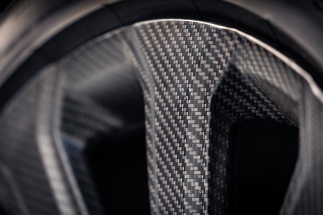 Bentley Bentayga khoe trang bị 'khủng nhất thế giới': Đúc từ carbon, mất 5 năm phát triển - Ảnh 3.