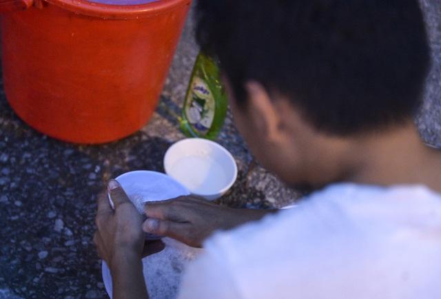 Bữa cơm nấu vội ngay ven đường của tài xế nằm chờ gần 2 ngày để xin giấy luồng xanh vào Hà Nội - Ảnh 14.