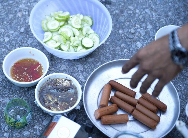 Bữa cơm nấu vội ngay ven đường của tài xế nằm chờ gần 2 ngày để xin giấy luồng xanh vào Hà Nội - Ảnh 5.