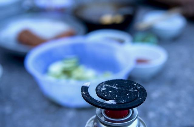 Bữa cơm nấu vội ngay ven đường của tài xế nằm chờ gần 2 ngày để xin giấy luồng xanh vào Hà Nội - Ảnh 8.