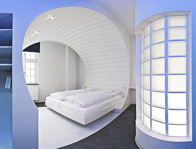 Khám phá V8 Hotel: Ngủ trên giường Mercedes-Benz, BMW, xung quanh toàn đồ cho hội cuồng xe - Ảnh 11.