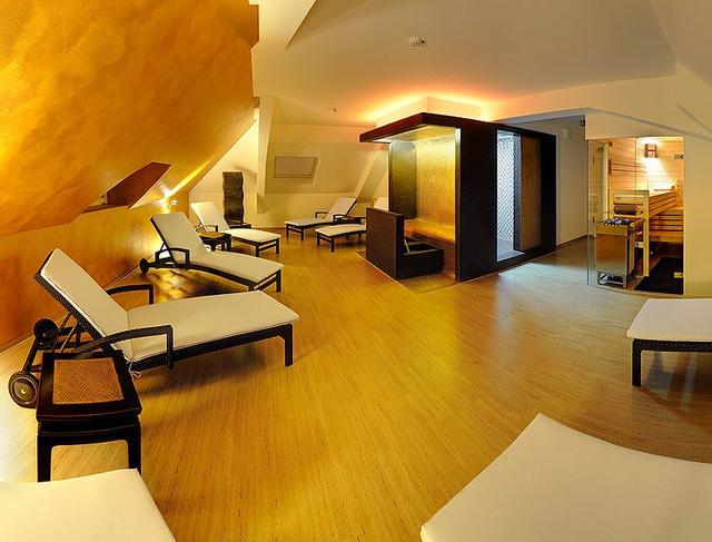 Khám phá V8 Hotel: Ngủ trên giường Mercedes-Benz, BMW, xung quanh toàn đồ cho hội cuồng xe - Ảnh 14.