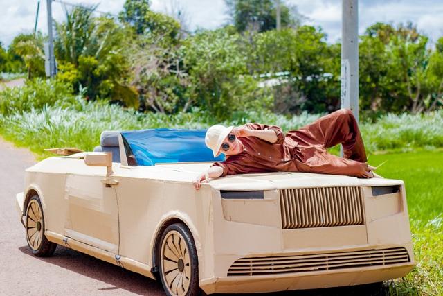 Sau Mercedes-AMG G 63, nhóm bạn Đắk Lắk tiếp tục gây sốt với Rolls-Royce Boat Tail triệu USD làm bằng bìa carton