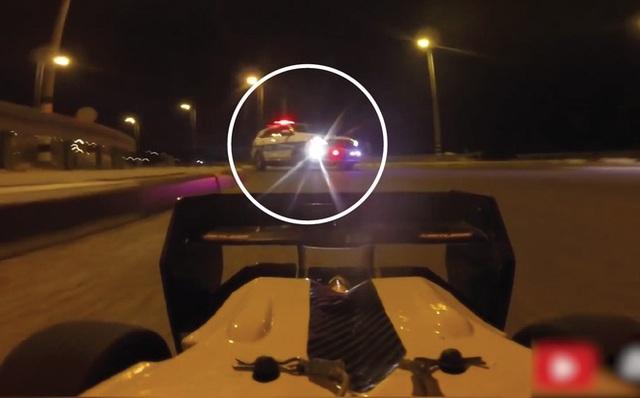 Mang xe đồ chơi ra đường... trêu cảnh sát: Xe rất nhanh - liệu có thoát? - Ảnh 1.