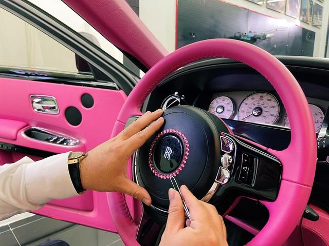 Ngọc Trinh lái Rolls-Royce hồng mới đính kim cương đi chơi, CĐM soi ra lỗi vi phạm hết sức cơ bản - Ảnh 1.