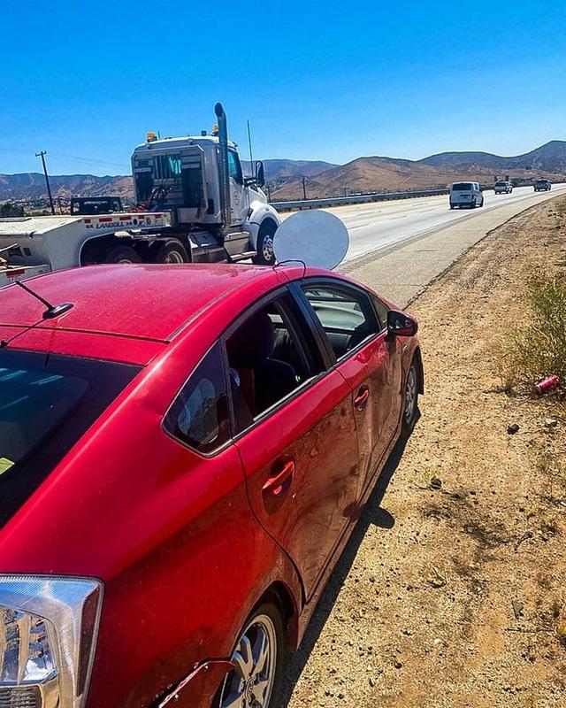 Lắp ăng ten Starlink lên mui xe để vừa đi vừa có internet siêu xịn, tài xế nhận ngay vé phạt của cảnh sát - Ảnh 2.