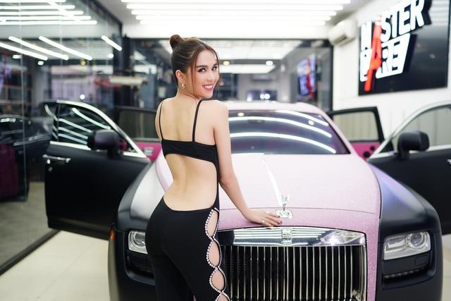 Ngọc Trinh đốt mắt dân mạng với clip hở bạo bên chiếc Rolls-Royce Black Pink - Ảnh 5.