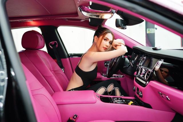 Ngọc Trinh đốt mắt dân mạng với clip hở bạo bên chiếc Rolls-Royce Black Pink - Ảnh 7.