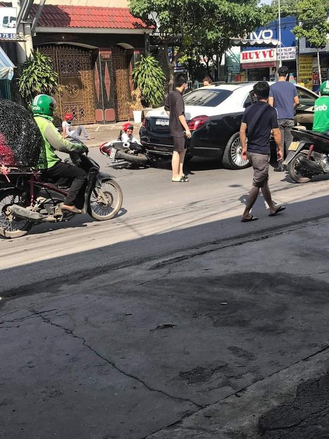 Đâm trúng xe sang gần chục tỉ Mercedes-Maybach, 2 nam thanh niên ngồi vật ra giữa đường, ôm đầu hoảng sợ - Ảnh 1.