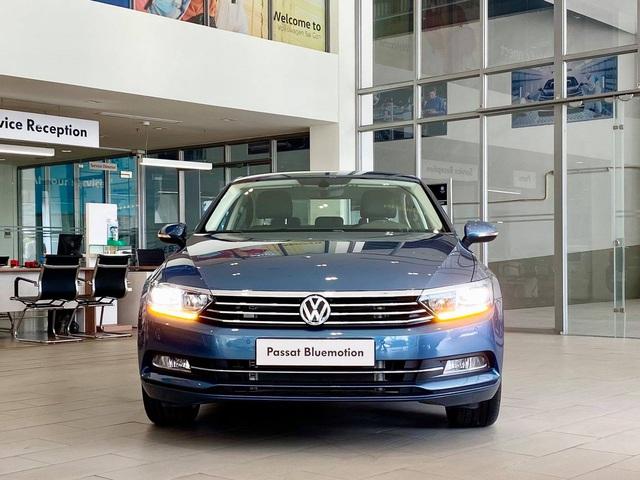 Volkswagen khuyến mại tất tay: Passat giảm 200 triệu còn ngang Camry, Tiguan Allspace dọn kho giảm 100 triệu cạnh tranh GLC - Ảnh 1.
