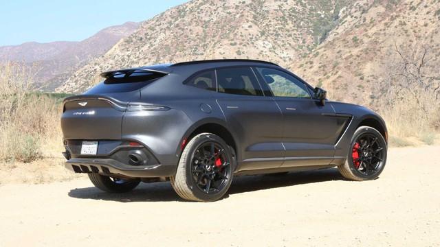 Lãnh đạo Aston Martin nhá hàng các phiên bản DBX mới cùng thời gian ra mắt, đáng chú ý là phiên bản hiệu suất cao đối đầu Bentley Bentayga Speed - Ảnh 2.