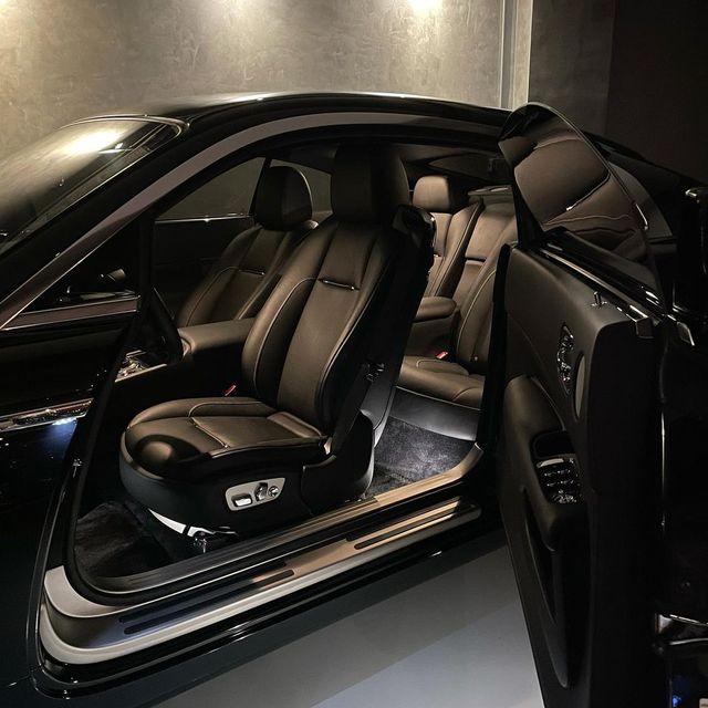 Doanh nhân Nguyễn Quốc Cường lần đầu khoe nội thất Rolls-Royce Wraith trên MXH sau 1 năm 'đưa nàng về dinh' - Ảnh 2.