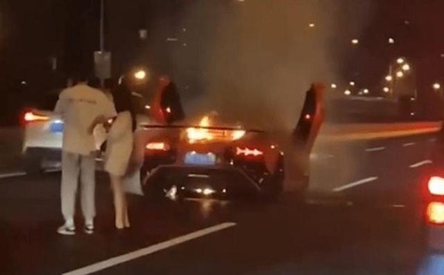 Siêu xe 21 tỷ đồng cháy rụi, nam thanh niên vẫn ung dung an ủi bạn gái - Ảnh 1.