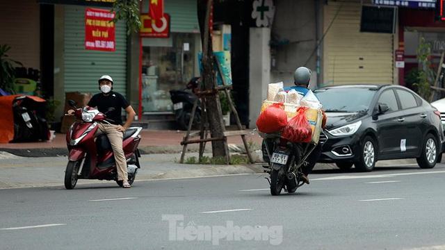 Xe máy nườm nượp đi ngược chiều né chốt kiểm soát khu vực ra vào vùng đỏ của Hà Nội - Ảnh 7.