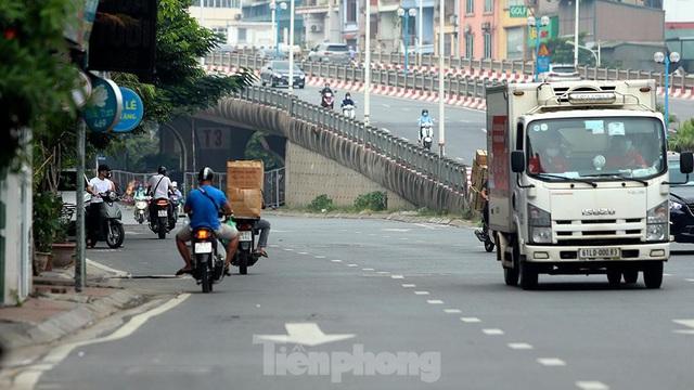 Xe máy nườm nượp đi ngược chiều né chốt kiểm soát khu vực ra vào vùng đỏ của Hà Nội - Ảnh 9.