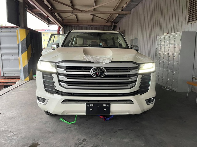 Chật vật lùi Toyota Land Cruiser ra khỏi container, tài xế vào xe bằng cách nào khi không mở được cửa? - Ảnh 4.