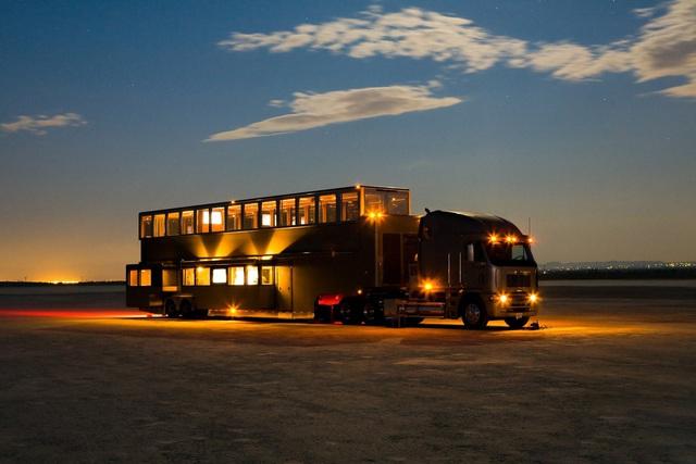 Mobihome 'siêu to siêu khổng lồ' 2,5 triệu USD của Will Smith: Biệt thự hai tầng, phòng tắm tiện nghi như spa, phòng chiếu phim như rạp hát - Ảnh 1.