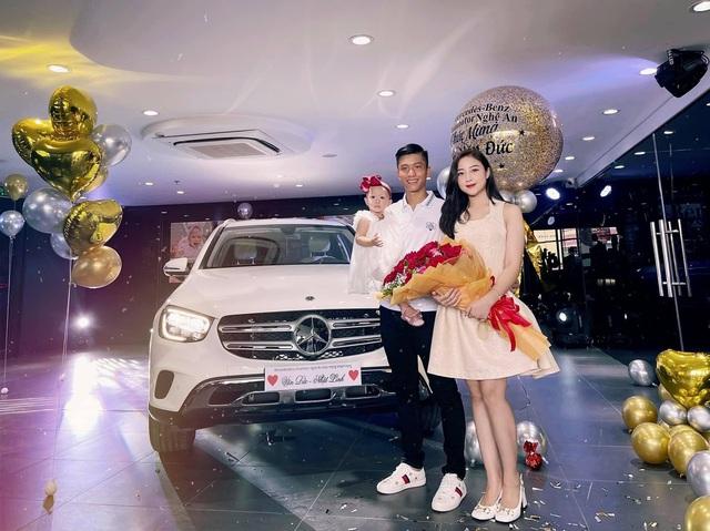 Vua xin nghi ve tham vo con tien ve 1996 Phan Van Duc sam lien Mercedes-Benz GLC gia hon 2 ty CDM gan danh hieu nguoi chong quoc dan