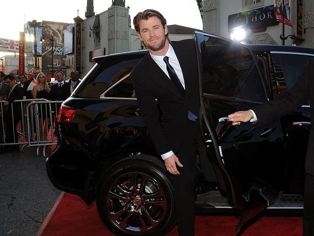 Những khoảnh khắc xuất thần của các nam tài tử Hollywood khi bước xuống xe: Hào nhoáng trên thảm đỏ, phong độ cả ngày thường - Ảnh 10.