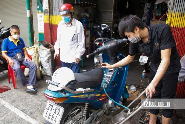 Dịch vụ sửa xe ở Hà Nội quá tải sau khi mở cửa trở lại - Ảnh 12.