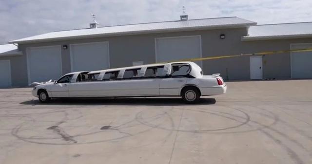 Đây là cách độ limousine mui trần đơn giản chưa từng thấy: Dùng đá phá kính, buộc mui xe vào thân cây - Ảnh 1.