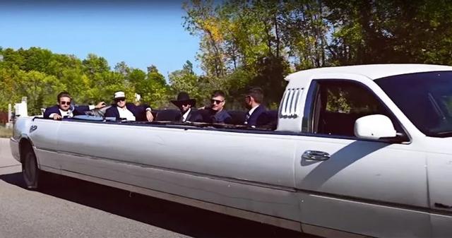 Đây là cách độ limousine mui trần đơn giản chưa từng thấy: Dùng đá phá kính, buộc mui xe vào thân cây - Ảnh 3.