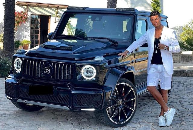 Ronaldo lái Bentley Flying Spur mới mua đến sân tập: Xe thứ 2 sau khi gia nhập MU, giá 290.000 USD, vệ sĩ theo sau lái xe xịn không kém - Ảnh 4.