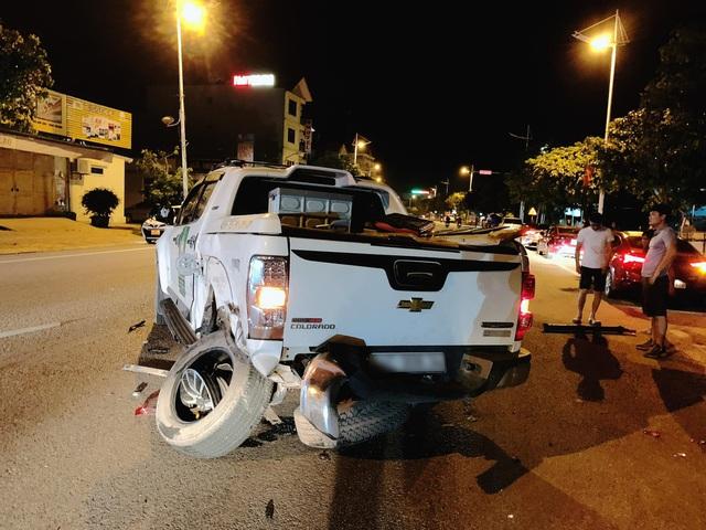 Vụ VinFast Lux SA đâm bán tải lúc nửa đêm: Đầu xe biến dạng, rụng bánh nhưng người ngồi trong vẫn an toàn - Ảnh 1.