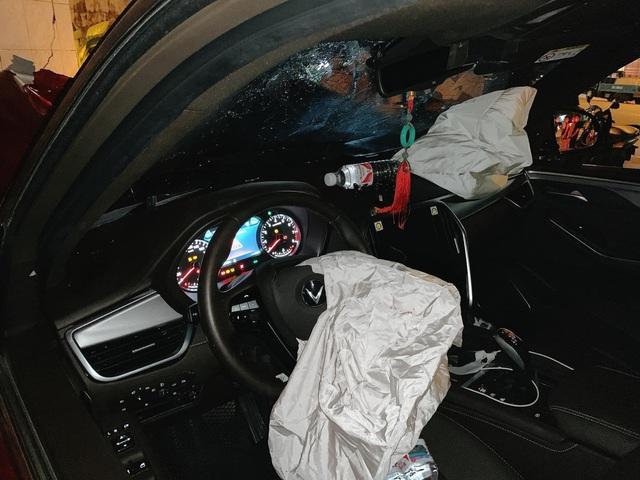 Vụ VinFast Lux SA đâm bán tải lúc nửa đêm: Đầu xe biến dạng, rụng bánh nhưng người ngồi trong vẫn an toàn - Ảnh 4.