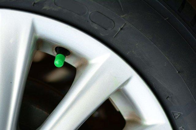 Tại sao một số người lại bơm khí nitơ vào lốp xe thay vì không khí? - Ảnh 1.