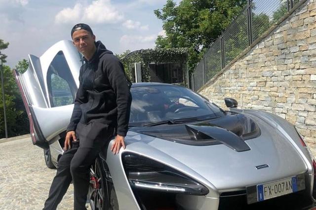 Chưa mang dàn siêu xe qua Anh, Ronaldo cầm lái Lamborghini Urus trong ngày đầu tiên đến sân tập của MU - Ảnh 3.
