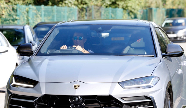 Chưa mang dàn siêu xe qua Anh, Ronaldo cầm lái Lamborghini Urus trong ngày đầu tiên đến sân tập của MU - Ảnh 2.