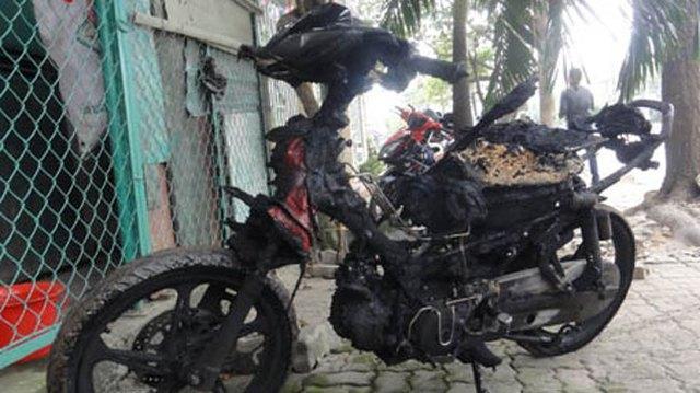 Nổ lốp, xe máy bất ngờ hóa đuốc