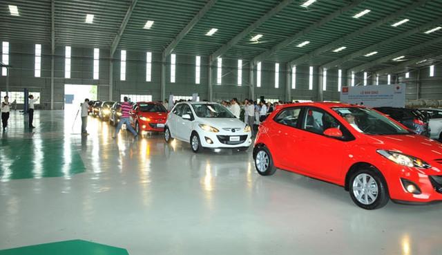 Việt Nam lần đầu xuất lô xe du lịch Mazda sang Lào