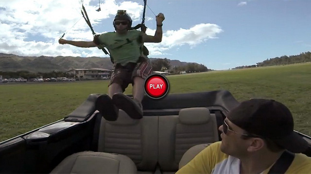 """Nhảy dù vào """"con bọ"""" Beetle Cabriolet đang chạy"""