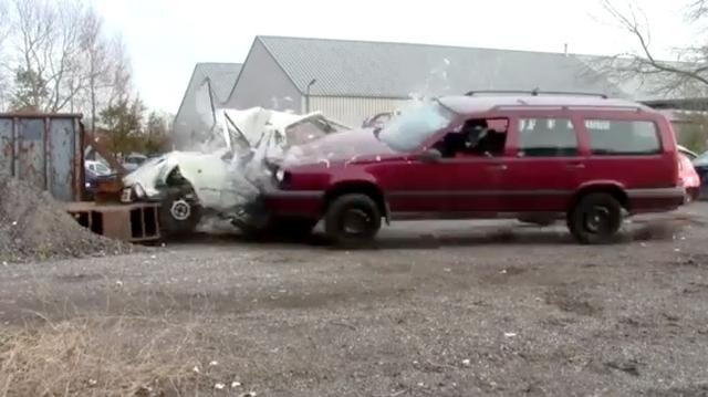 """Video: Volvo cậy khỏe gặp ai """"bắt nạt"""" đó"""