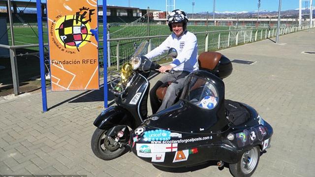 Hành trình 24.000 km trên Vespa sidecar của một fan bóng đá