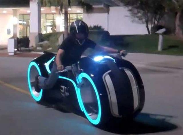 """Lái xế """"khủng"""" bước ra từ phim """"Tron: Legacy"""" trên phố"""