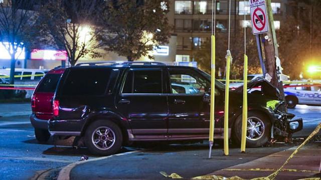 """Lincoln Navigator """"hạ gục"""" liên tiếp 16 xe"""
