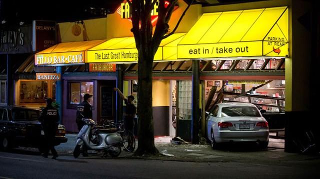 Xe BMW lao vào nhà hàng, 4 cảnh sát bị thương