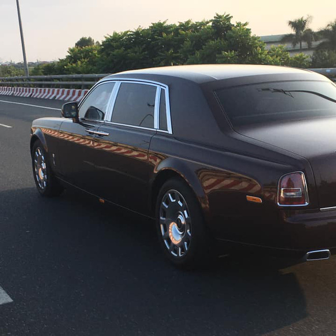 Đại gia Việt độ Rolls-Royce phong cách lạ: Phantom 'Hoà bình Vinh quang' độc nhất gắn logo hổ mạ vàng