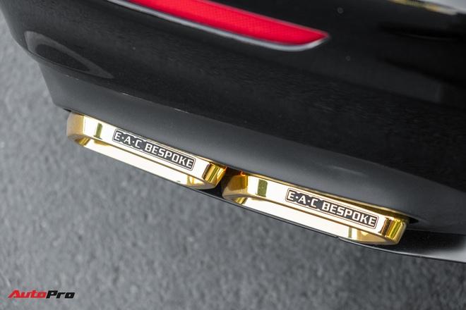 Chu nhan chi 3 ty dong ma vang Mercedes-Benz E 300 AMG tai Sai Gon 1 nam thi cong 30 nghe nhan thuc hien noi that dinh kim cuong