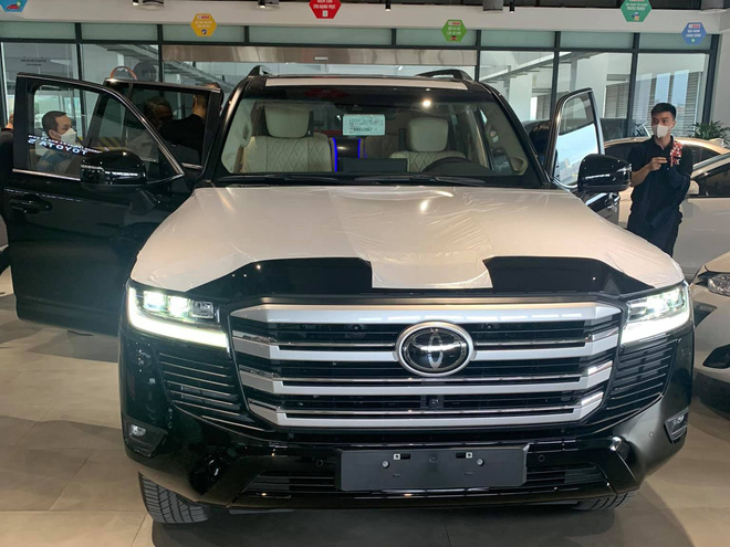 Chua kip boc nilon chu xe Toyota Land Cruiser 2022 dau tien Viet Nam lot bo noi that do theo phong cach Maybach