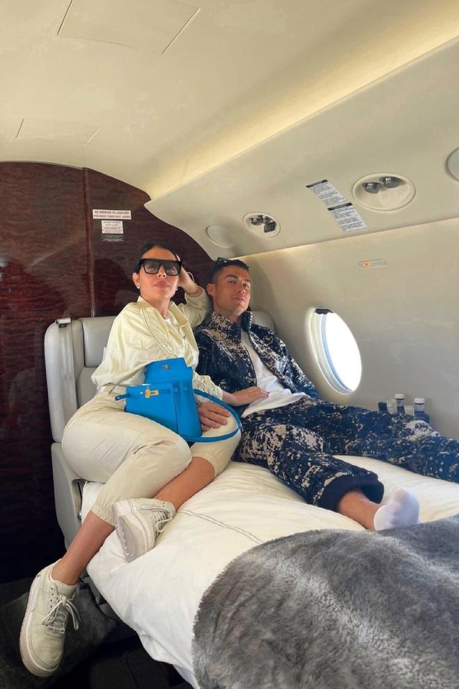 Ban gai Ronaldo la nang WAG sang chanh nhat the gioi Thuong check-in voi chuyen co du thuyen Bugatti hay Rolls-Royce chi de lam hau canh